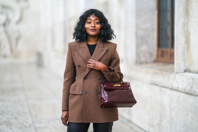 streetstyle vrouw in bruine blazer