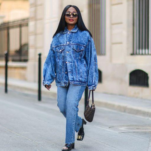 vrouw op straat met spijkerjas
