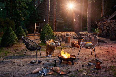 tuin met vuurschaal stoelen en een zonnetje