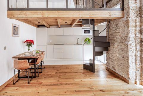 cocina abierta al comedor con techo a dos alturas