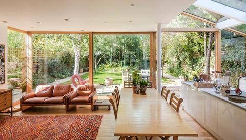 salón comedor cocina de diseño contemporáneo abierto al jardín
