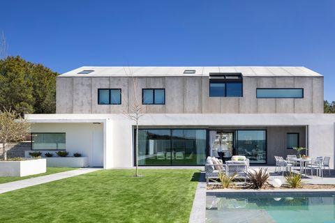 casa de arquitectura moderna con piscina y jardín