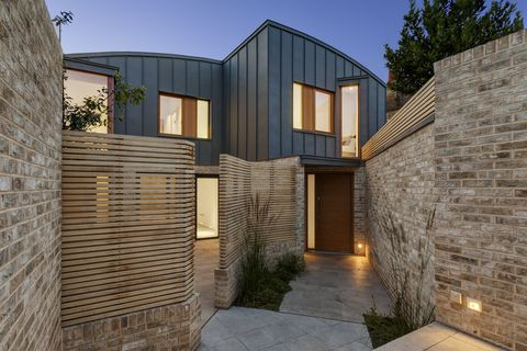Casa con patio Benbow Yard de FORMstudio creada en un terreno pequeño e irregular