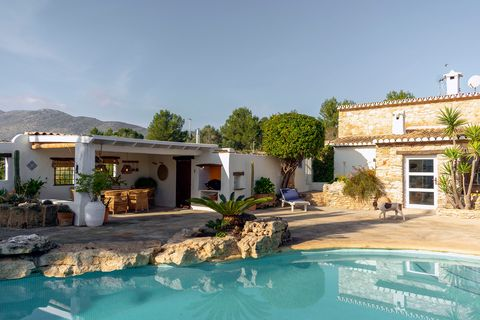 casa de estilo mediterráneo con piscina