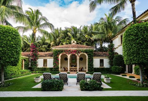 porche de estilo colonial con enredaderas y piscina