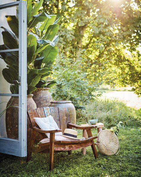 nuevo country casa de campo, jardín con butaca de madera