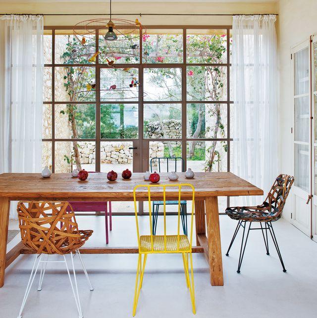 una casa de campo en mallorca con tonos neutros y toques coloridos