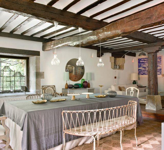 una casa de campo con paredes de piedra moderna