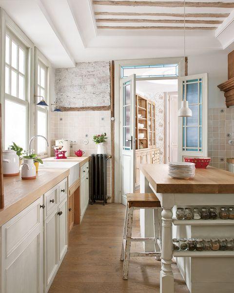 casa antigua reformada con ladrillo y vigas vistas cocina en blanco y madera