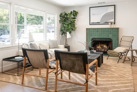 salón con chimenea de estilo scandifornian