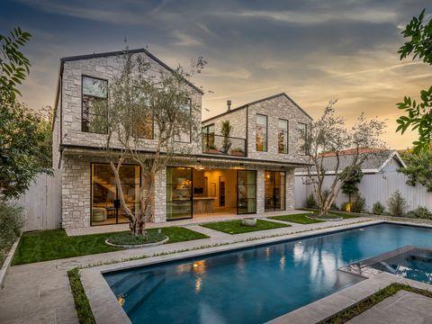 casa con jardín y tejados en a