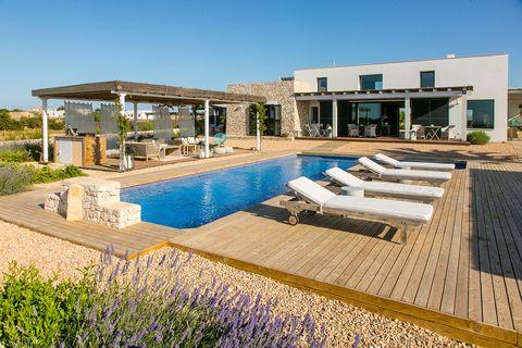 casa con piscina de estilo mediterráneo