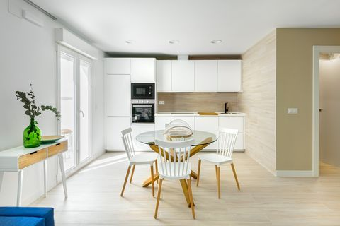 cocina con office de diseño moderno decorada en blanco
