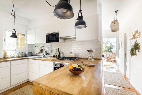 cocina pequeña y abierta de estilo rústico