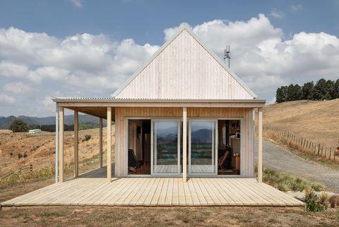 casa de campo de madera sostenible con tejado a dos aguas