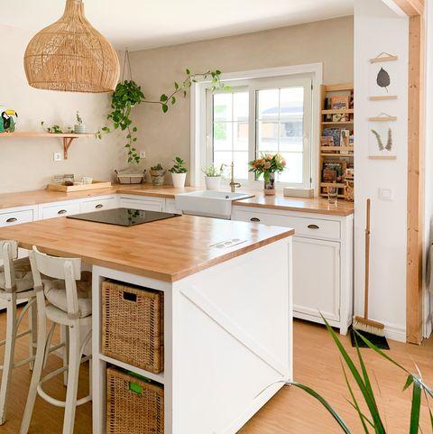 cocina de estilo rústico en blanco con encimeras de madera