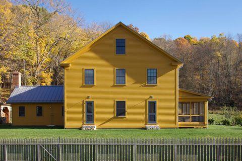 casa de campo con fachada en color mostaza