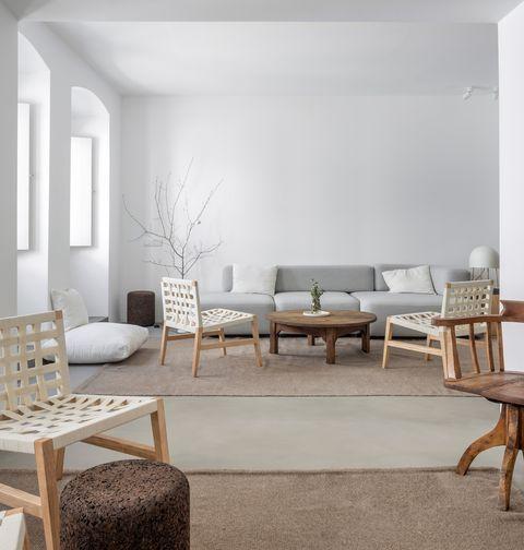 salón abierto de diseño minimalista en tonos neutros y madera