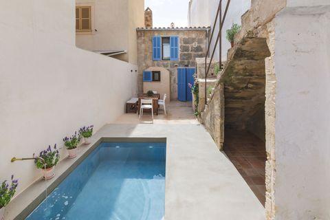 patio con piscina de estilo mediterráneo