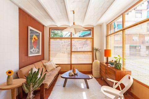 casa decorada en tonos ocre y marrón