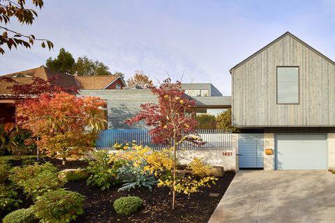 casa de diseño contemporáneo con jardín y tejado a dos aguas