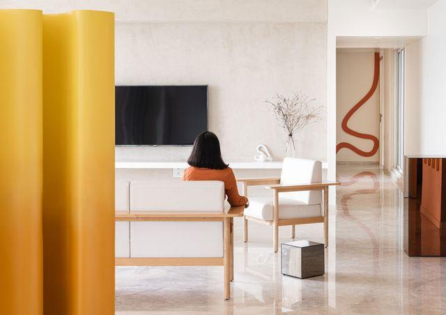 una casa en mumbai con obras de arte y muebles de diseño divertido con toques de color