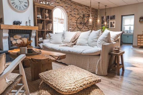 salón de estilo rústico con sofá blanco de lino