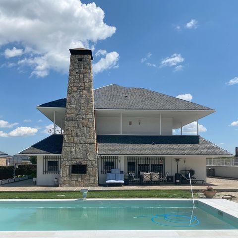 casa de dos plantas con jardín y piscina