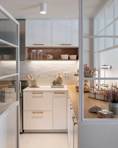 cocina diseñada en blanco con encimera de madera