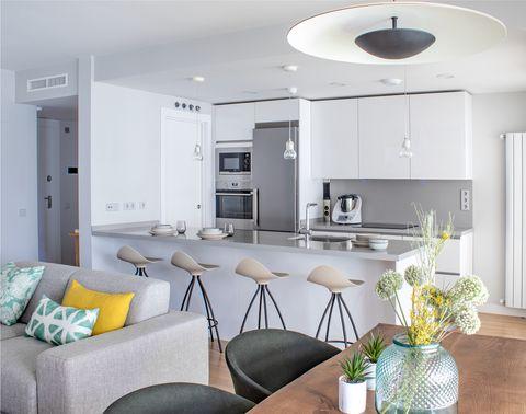 cocina de diseño moderno en color blanco abierta al salón