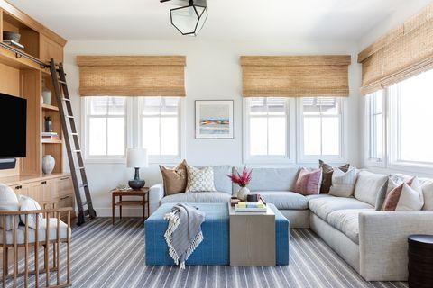 salón moderno y fresco con sofá gris, estores de yute y aires playeros