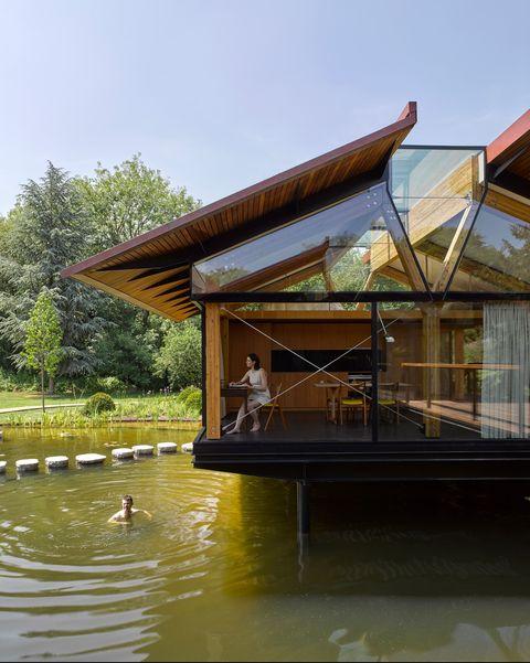 Casa flotante en un lago