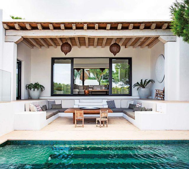 una casa en la cala de san josé, ibiza, de estilo natural y moderno