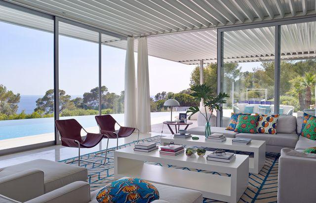una casa en ibiza de estilo mediterráneo moderno con vistas al mar