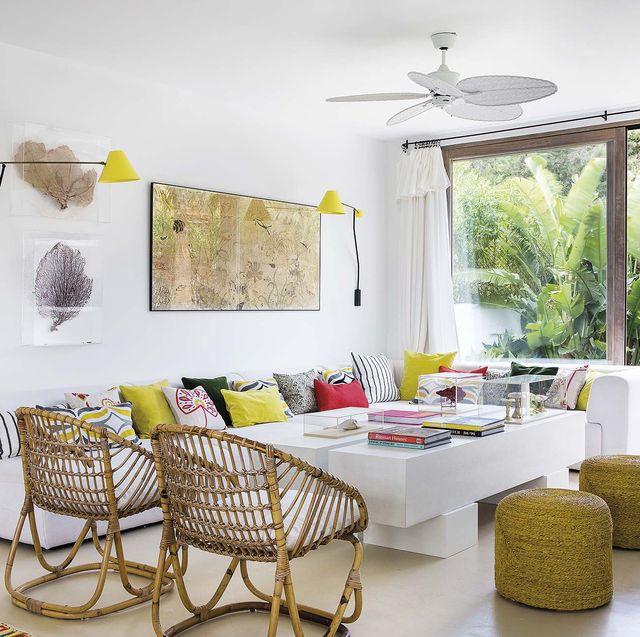 casa en ibiza moderna salón blanco y toques de amarillo