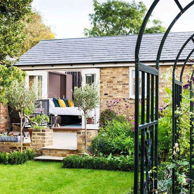 una casa de invitados en el jardín antes y después