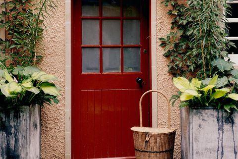 puerta de entrada a la casa de isabella cawdor pintada en rojo