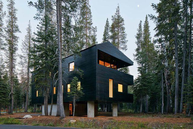 una casa de madera de diseño en el bosque