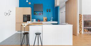 Casa adosada decorada en azul con espacios abiertos