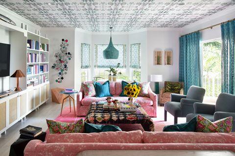 salón con decoración ecléctica de colores alegres