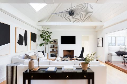salón abierto de diseño contemporáneo decorado en blanco y negro