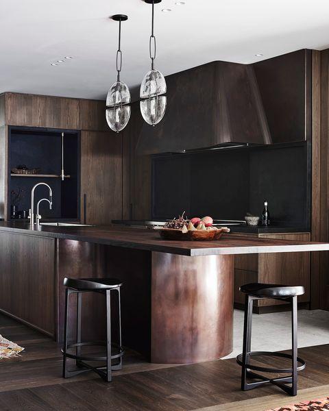 casa en la costa en australia diseño decus interiors cocina de madera oscura