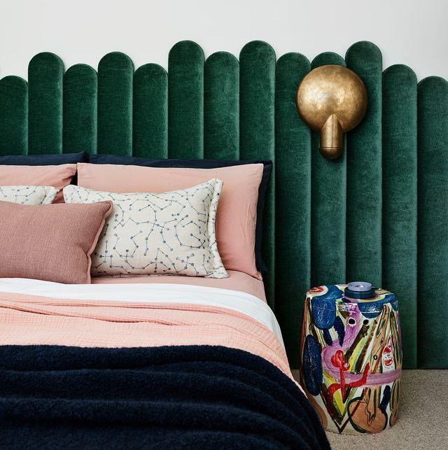 casa en la costa en australia diseño decus interiors dormitorio con cabecero tapizado