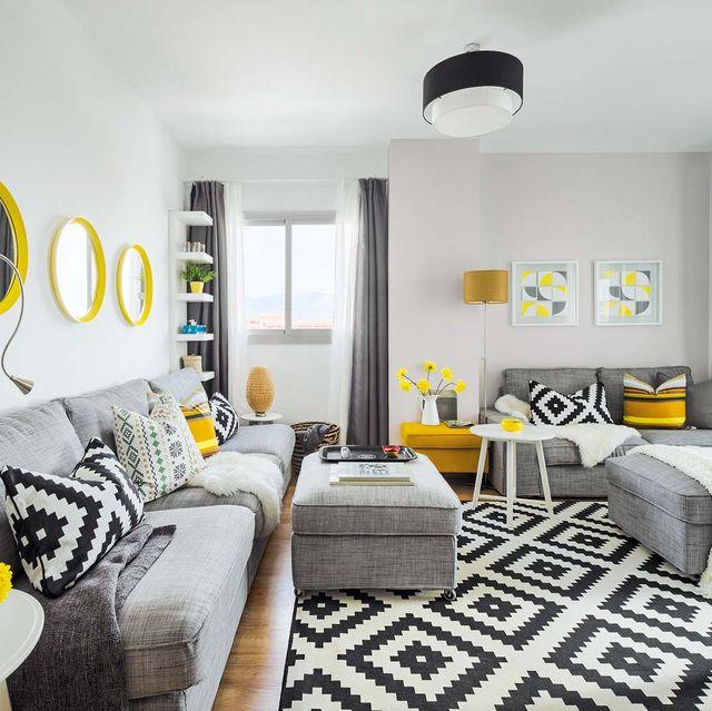 piso reformado decorado en gris y amarillo salón