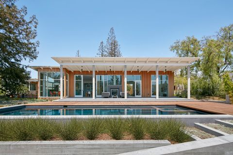 Casa de construcción moderna y sostenible con piscina