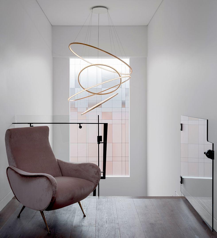 粉色单椅的灰色空间