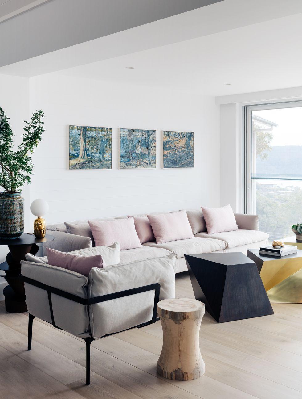 灰色有粉色靠垫的沙发