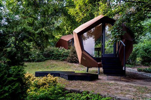 cabina de oficina para jardín con forma geométrica abstracta diseñada por hello wood