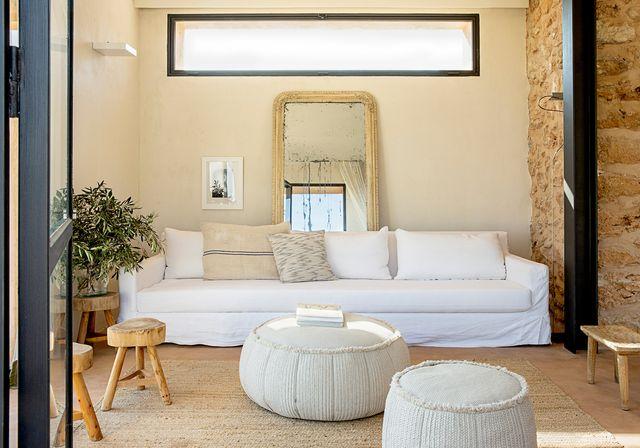 una casa payesa renovada con estilo rústico moderno
