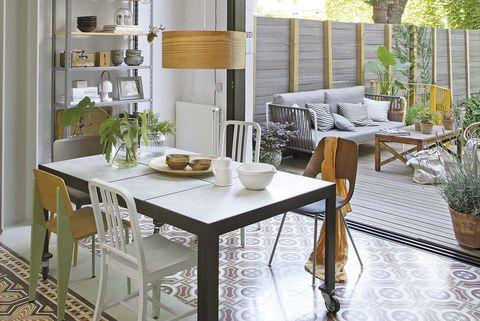 Piso con jardín: Comedor con salida al porche